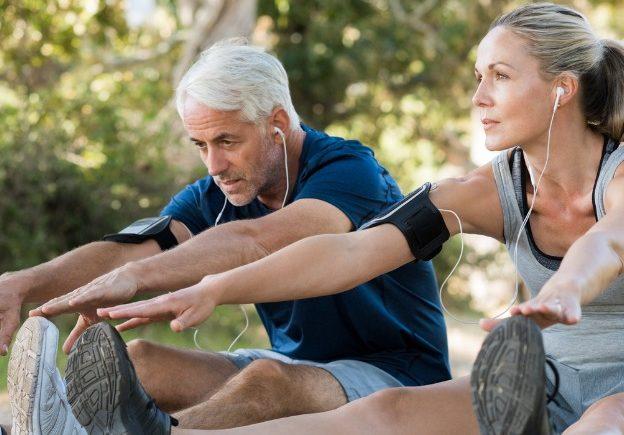 couple faisant des etirements musculaires