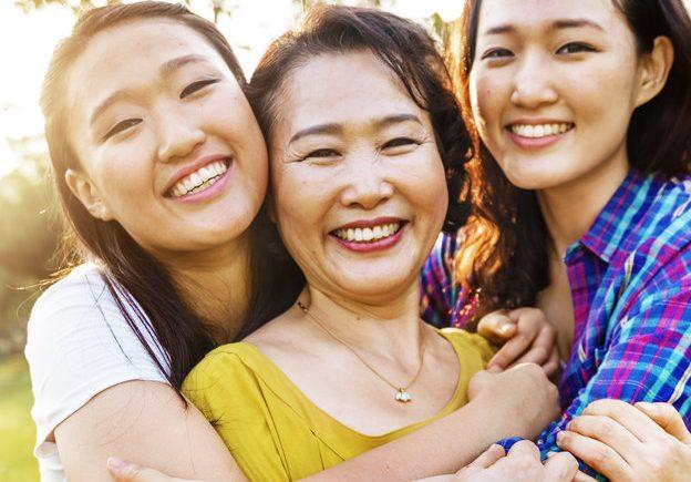 femme avec ses deux filles