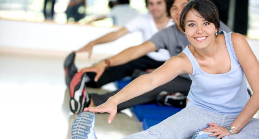 groupe de personnes à la gym