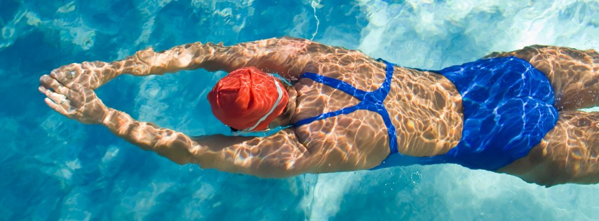 femme nageant